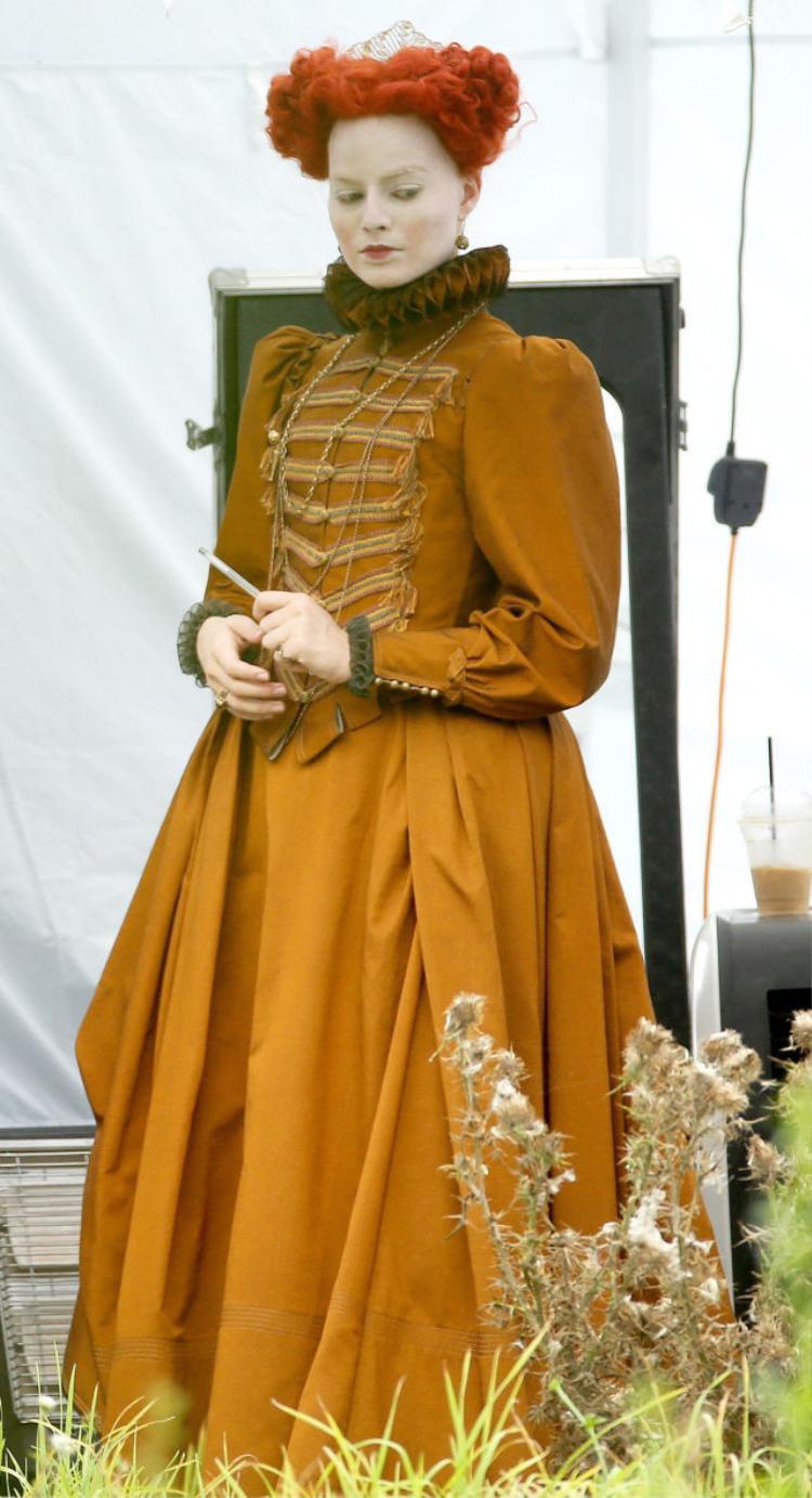 """""""Harley Quinn"""" Margot Robbie gây bất ngờ với tạo hình Nữ hoàng Elizabeth I."""