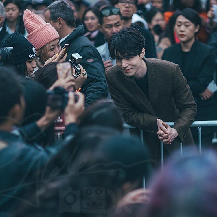 Lee Dong Wook là khách mời yêu thích của nhiều thương hiệu trong các tuần lễ thời trang.