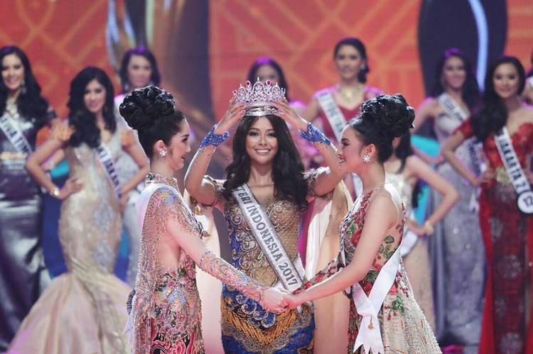 Đương kim Hoa hậu Hoàn vũ Indonesia 2017 Bunga Jelitha Ibrani chính thức trao lại vương miện cho tân Hoa hậu. Trong đêm chung kết ban tổ chức lần lượt công bố top 11, top 6 và sau cùng là top 3 xuất sắc nhất.
