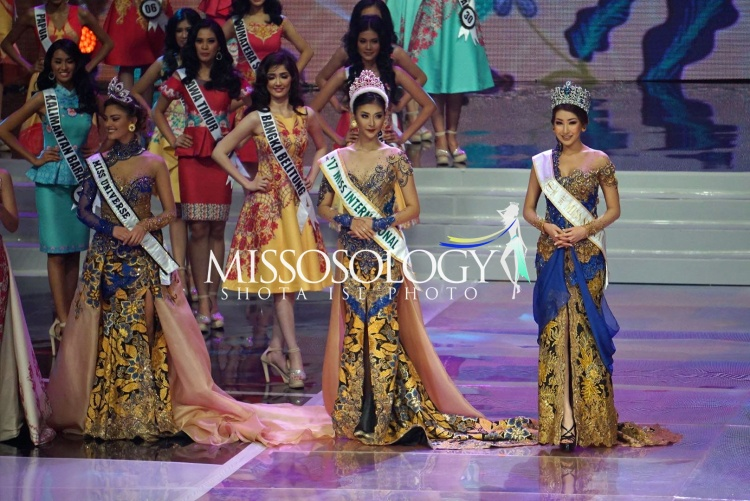 Bộ ba đương kim hoa hậu gồm Miss Universe, Miss International, Miss Supranational xuất hiện lộng lẫy trên sân khấu đêm chung kết.