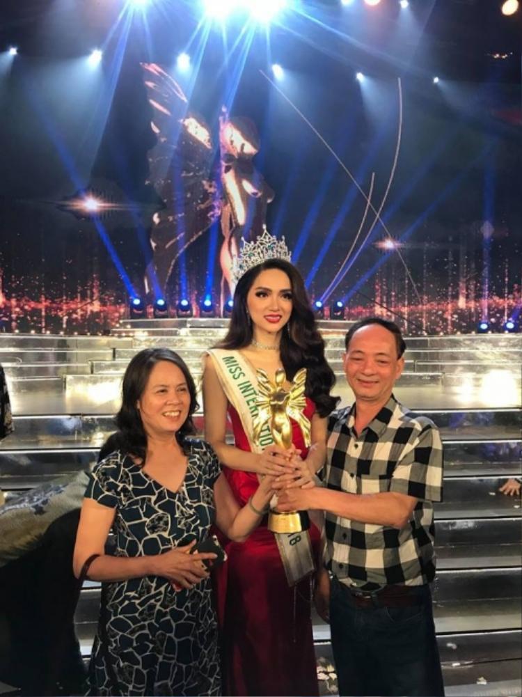 Dân mạng choáng với giọng hét của Hòa Minzy cân cả khán phòng lúc Hương Giang đăng quang hoa hậu