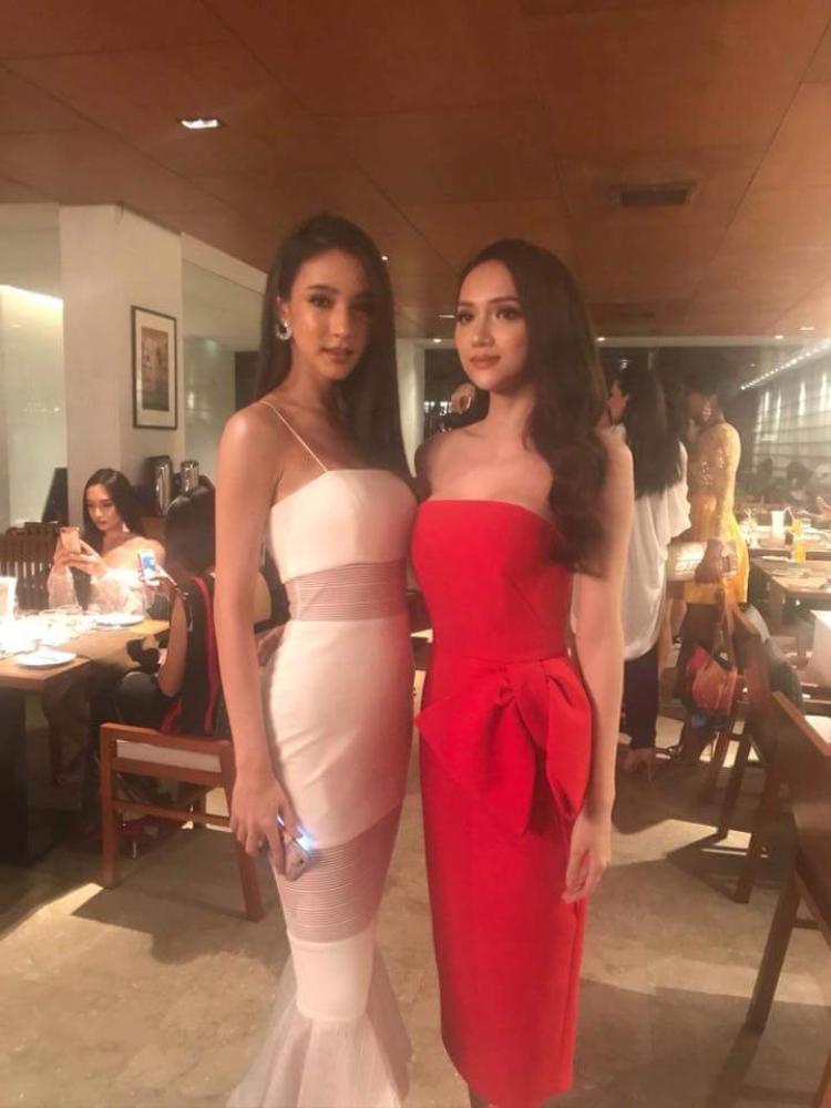 Lại một màn so kè nhan sắc giữa đại diện Việt Nam và nước chủ nhà Thái, trong bức ảnh này, vẻ mặn mà, quyến rũ của Hương Giang có phần nhỉnh hơn hẳn nét đẹp trong sáng, ngọt ngào của Yoshi.