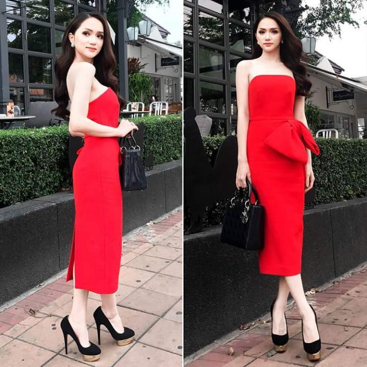 Tiếp tục là một chiếc đầm đỏ khác của Hương Giang, thiết kế tinh tế với cúp ngực ngang khoe làn da trắng mịn cùng bờ vai thon. Được biết, cả hai chiếc đầm trên đều là những thiết kế của Đỗ Mạnh Cường.