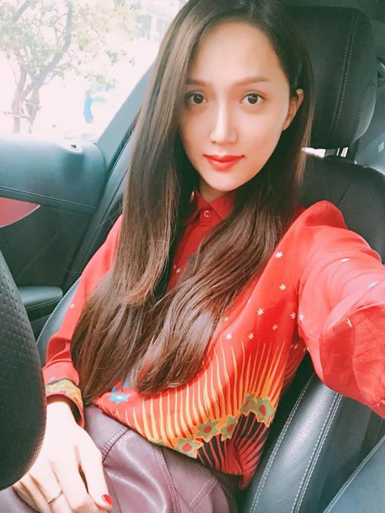 Không chỉ trong cuộc thi, nhìn lại những hình ảnh trước đây, có thể thấy, trang phục sắc đỏ cũng chiếm một số lượng không ít trong tủ đồ của Giang.