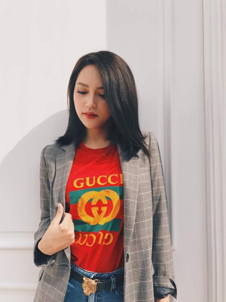Cùng diện mẫu áo thun in logo Gucci được nhiều sao Việt yêu thích, Hương Giang lại chọn cho mình phiên bản màu đỏ để tạo dấu ấn riêng.