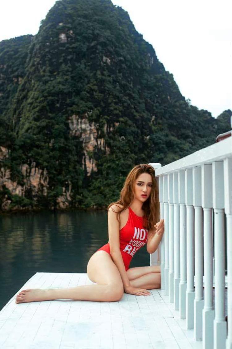 Ngay cả bikini, cũng phải chọn tông màu đỏ rực rỡ thế này đây.