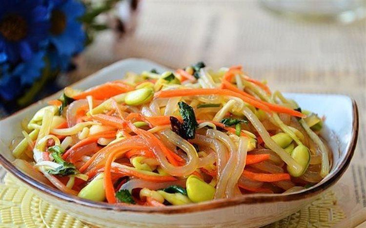 Salad rau mầm với các nguyên liệu mang tính mát được khéo léo kết hợp cùng gia vị chua cay, bạn sẽ có món ăn kích thích vị giác.