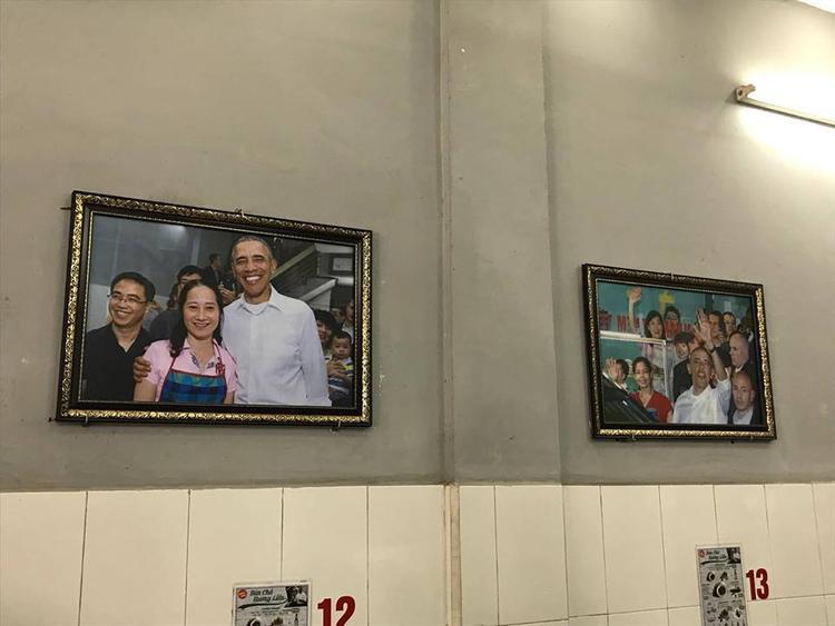 Hình ảnh cựu Tổng thống Mỹ chụp ảnh cùng chủ quán được treo bên trong.