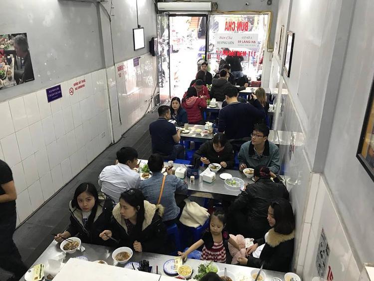 Quán bún chả Hương Liên luôn tấp nập khách vào ăn.