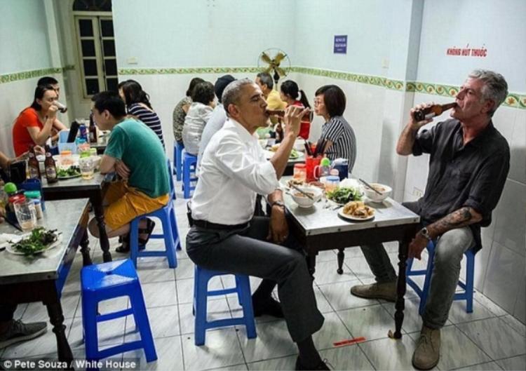 Hình ảnh ông Obama từng ngồi ăn bún chả tại quán.