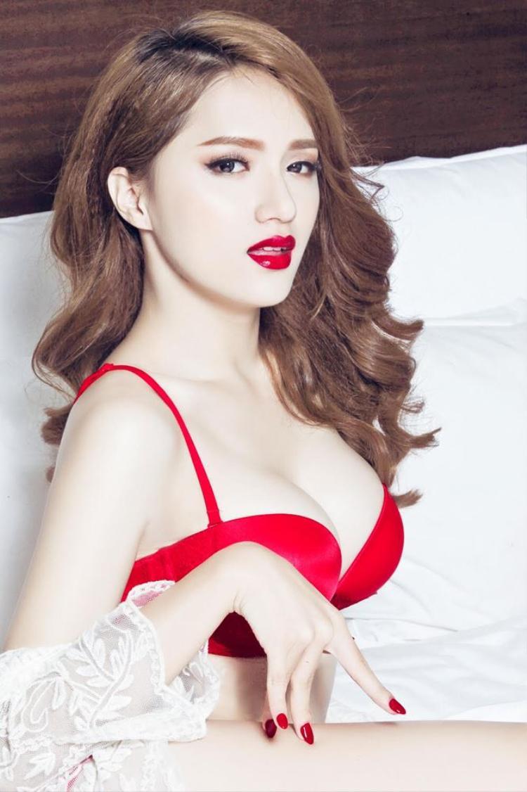 Trong một lần khác, cô chọn nội y màu đỏ rực để lưu lại những hình ảnh đẹp của thanh xuân.