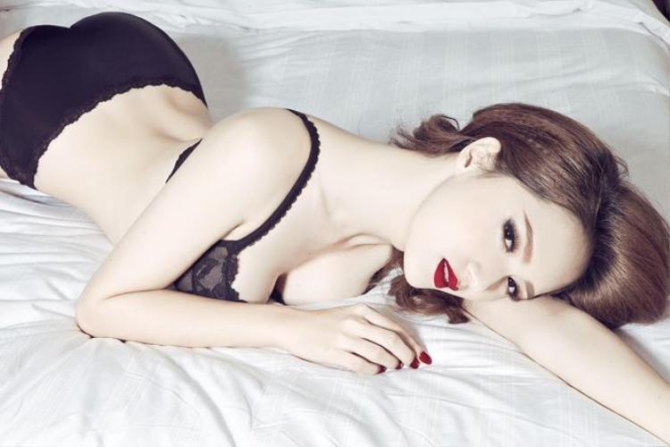 Cùng với đó, cách tạo dáng của Hương Giang trong từng bức ảnh cũng rất chuyên nghiệp.