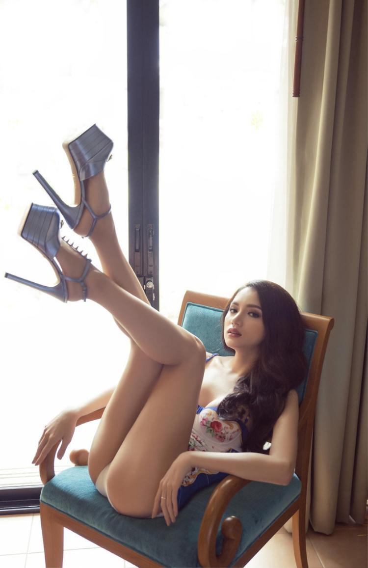 Đầu tư đến từng chi tiết nhỏ, đi cùng với bikini một mảnh là giày cao gót của Gucci có giá hơn 20 triệu đồng.