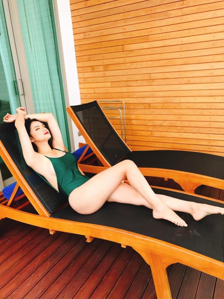 Tạo những dáng rất đơn giản nhưng khoe được đôi chân dài cùng hình thể nóng bỏng đầy sức sống.