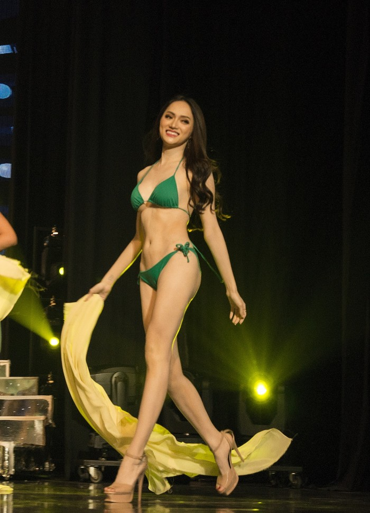 Cho đến thời điểm này, đây là hình ảnh mới nhất của Hương Giang trong trang phục bikini. Hương Giang xuất hiện rạng rỡ và nóng bỏng trong phần thi bikini. Cô được đông đảo khán giả ủng hộ.