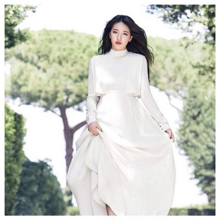 Nhẹ nhàng, nữ tính với chiếc đầm trắng, Suzy xuất hiện như một nàng công chúa bước ra từ câu chuyện cổ tích.