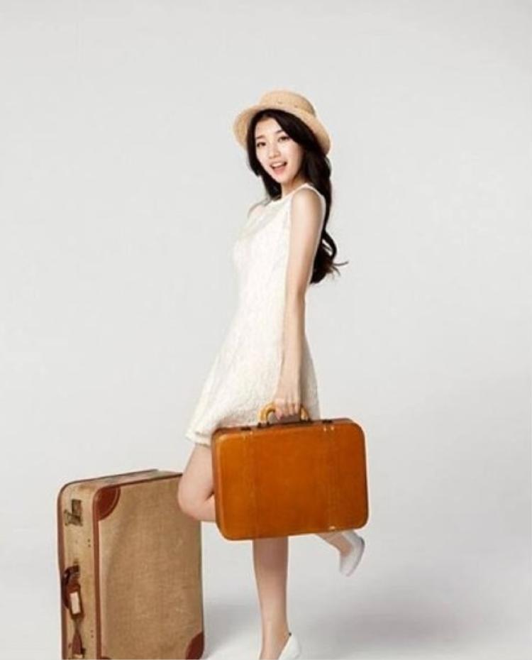 Cô tận dụng màu trắng kể cả khi đi du lịch.