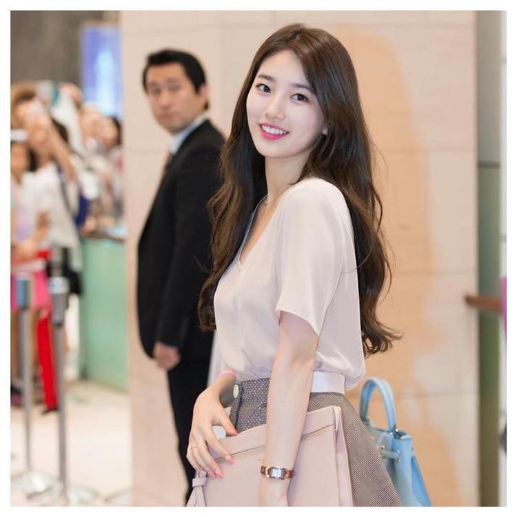 Suzy ưa chuộng kết hợp áo trắng đơn giản với các loại chân váy có màu nude nhẹ nhàng.