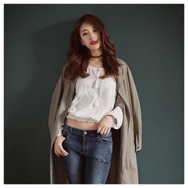 Cá tính và năng động trong chiếc áo trắng ren bèo nhún với quần jean rách bụi.