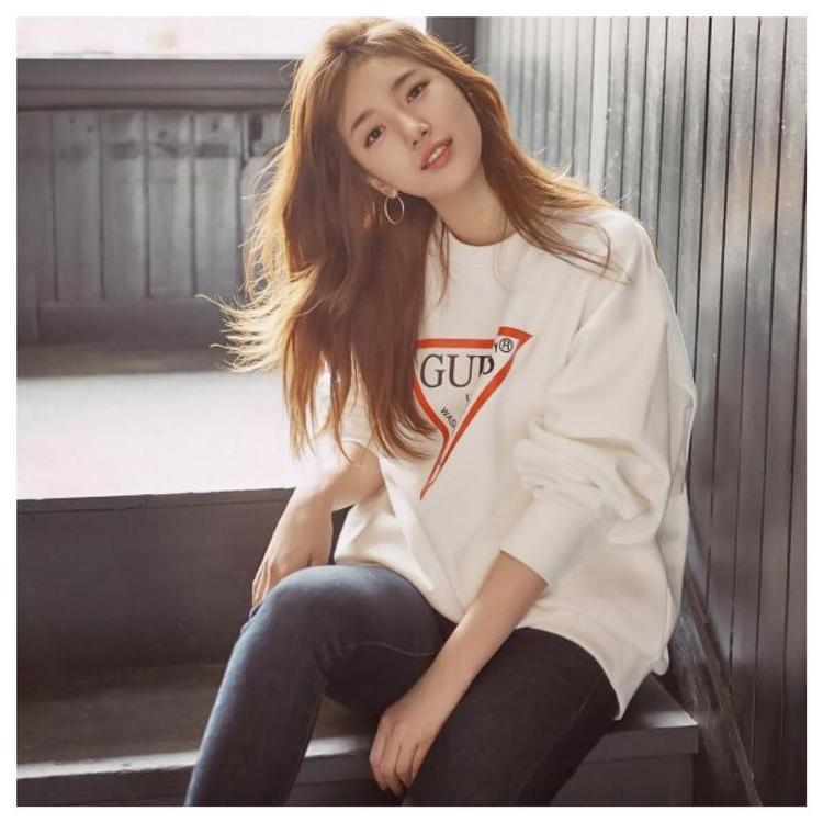 Suzy nhiều lần xuất hiện với áo thun trắng, màu tóc vàng được làm nổi bật trong chiếc thun trắng cá tính.