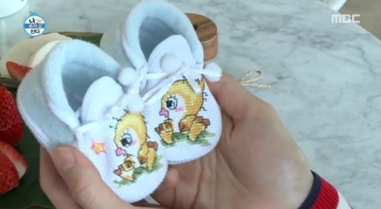Đôi giày nhỏ đáng yêu được Seungri tự tay làm tặng con của nữ diễn viên Lee Si Young.