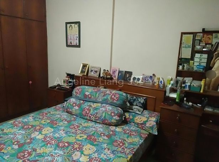 Chủ nhân căn hộ chụp phòng ngủ mà không để ý hình ảnh nhạy cảm của mình lọt trong ảnh. Ảnh: AsiaWire