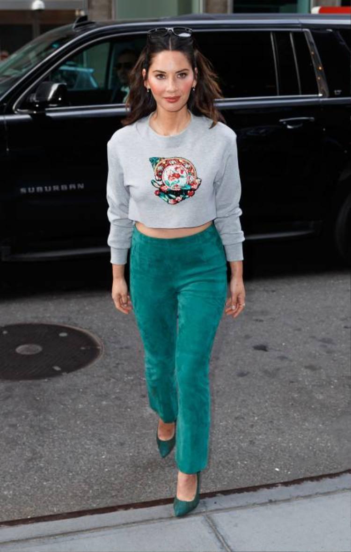 Legging hoặc quần ôm là một trong những items cộp mác sporty chic. Olivia Munn đem đến cái nhìn thời thượng khi diện quần xanh nõn chất dạ cùng croptop xám thêu họa tiết.