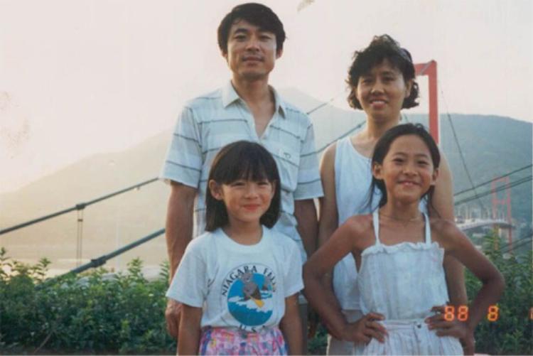 """""""Tình đầu quốc dân"""" Son Ye Jin thừa hưởng nhan sắc của cả bố lẫn mẹ. Chị gái của nữ diễn viên cũng không kém cạnh."""