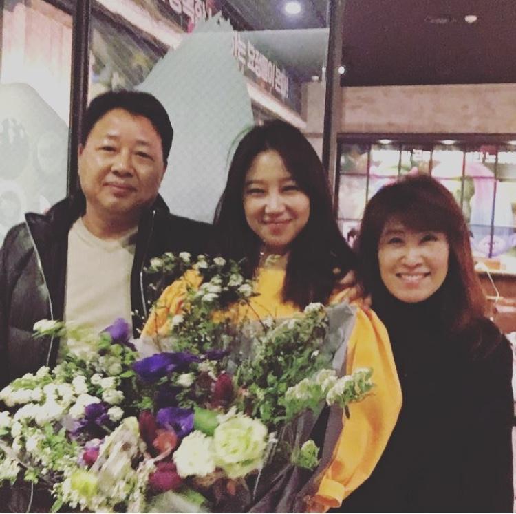 """""""Chị đại"""" Gong Hyo Jin lần đầu """"khoe"""" hình mẹ lên mạng xã hội."""