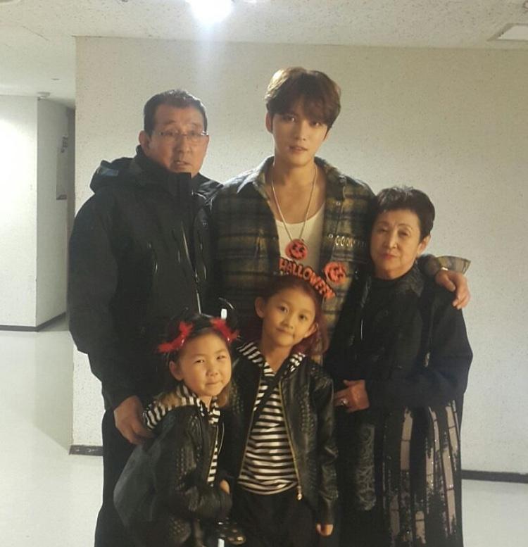 Bố mẹ và hai cháu gái của Kim Jae Joong (JYJ).