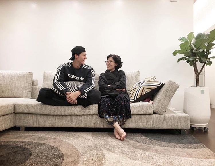 Tấm hình đầu tiên Lee Ki Woo chụp cùng mẹ được chia sẻ trên Instagram.