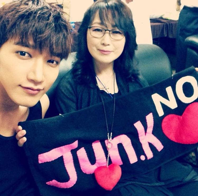 Mẹ của Jun.K (2PM) xinh đẹp, thường đến ủng hộ concert của con trai.