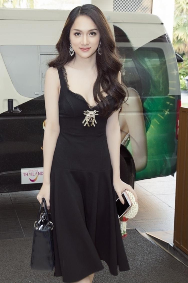 Ngoài khéo léo lựa chọn trang phục phù hợp với vóc dáng, tóc cũng là một trong những điểm nhấn giúp Hương Giang nổi bật và xinh đẹp hơn mỗi lần xuất hiện.