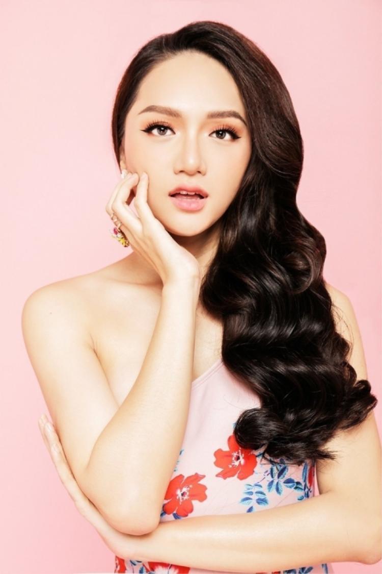 Có thể nói Hương Giang là một trong những số ít những người đẹp trung thành với mái tóc dài, rất hiếm khi nhìn thấy hình ảnh một Hương Giang với mái tóc ngắn cũn cỡn trên phố hay trên sân khấu.