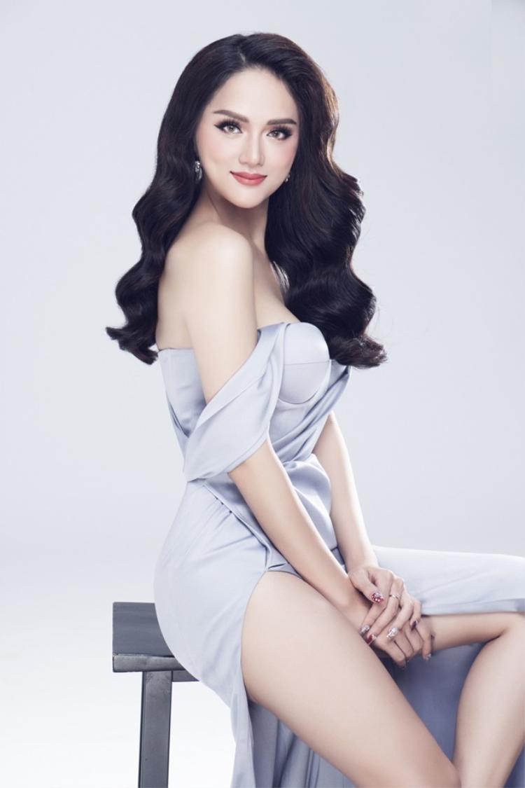 Trước nay, thường công chúng chỉ chú ý ngoại hình nóng bỏng của Hương Giang nhưng ít ai ngờ rằng cô lại chăm chút hình ảnh của mình đến từng chi tiết nhỏ, nhất là mái tóc như thế này.