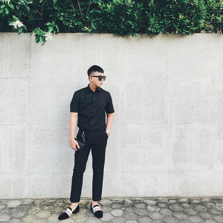 """Cả cây đen thanh lịch là lựa chọn của Duy Khánh khi xuống phố tuần qua. Để không bị """"chìm nghỉm"""", anh chàng sử dụng đôi loafer mang màu sắc nổi bật làm điểm nhấn."""