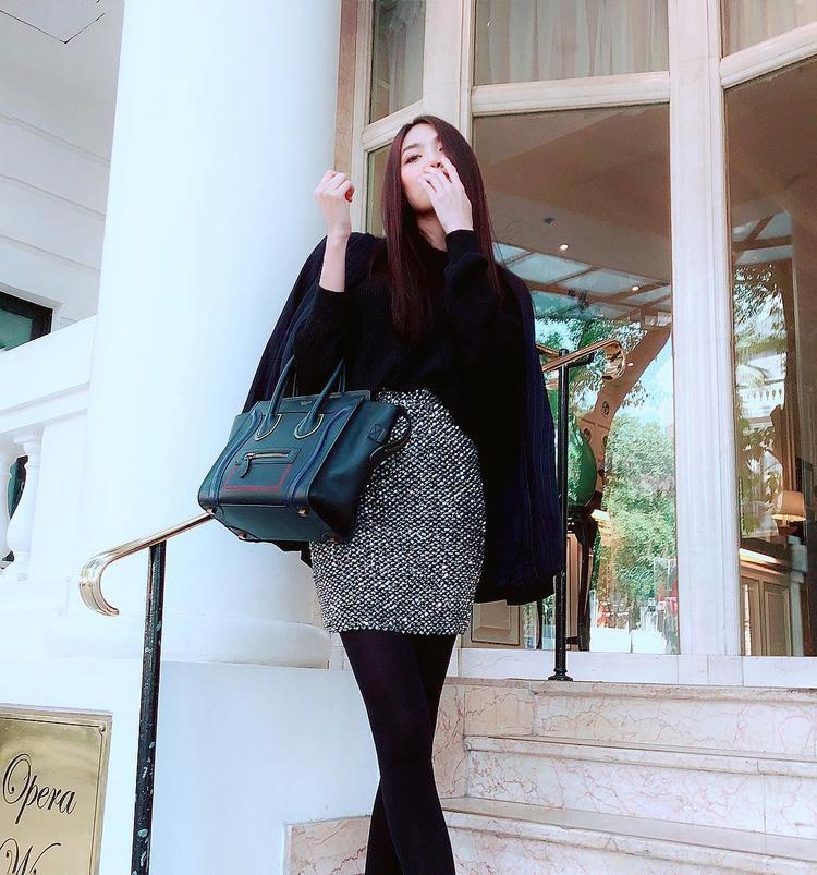 """Trái ngược với Phương Trinh, nàng Meow Lan Khuê lại ăn diện theo lối """"kín cổng cao tường"""" với áo cổ lọ đen, chân váy ôm và áo khoác cùng điểm nhấn là chiếc túi Celine đắt giá."""