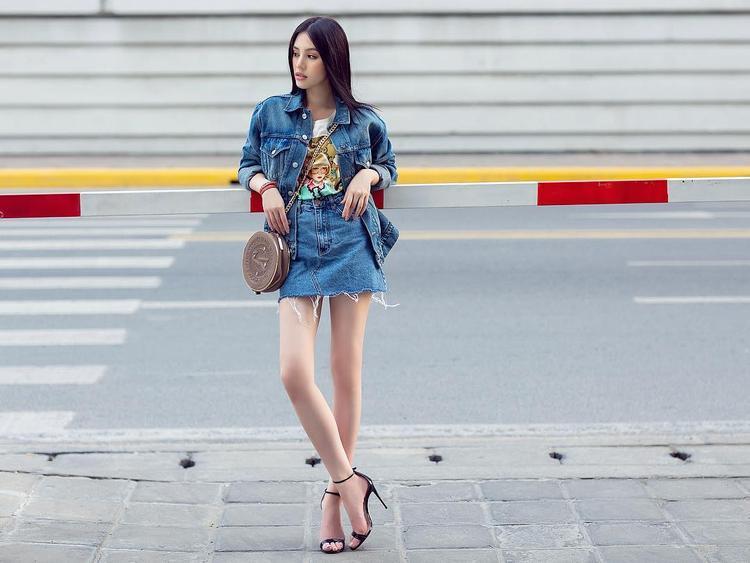 Jolie Nguyễn cũng là một người đẹp showbiz không hề kém cạnh trong công cuộc sử dụng hàng hiệu. Mặc một set đồ gồm áo khoác và chân váy jeans cá tính khi xuống phố. Điều khiến người hâm mộ chú ý chính là đôi cao gót Gucci mà nàng đang mang.