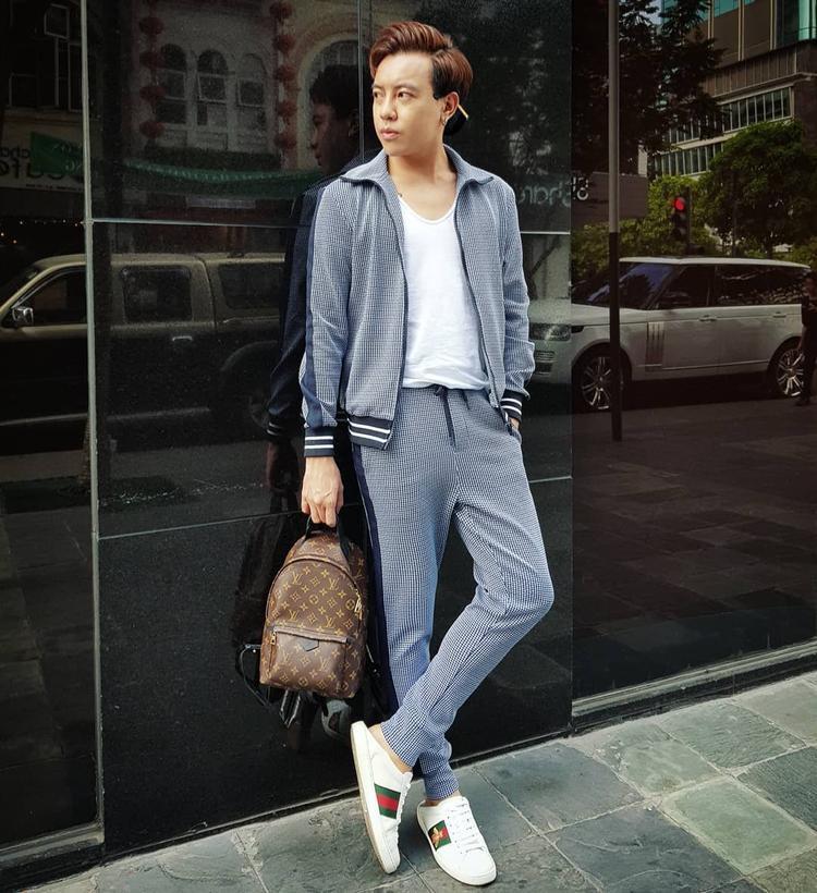Cả cây áo khoác bomber cùng quần thun đem lại vẻ năng động, trẻ trung cho stylist Huy Mạch. Anh chàng cũng không quên nhấn nhá bằng loạt phụ kiện thời thượng như sneaker Gucci và ba lô Louis Vuitton.