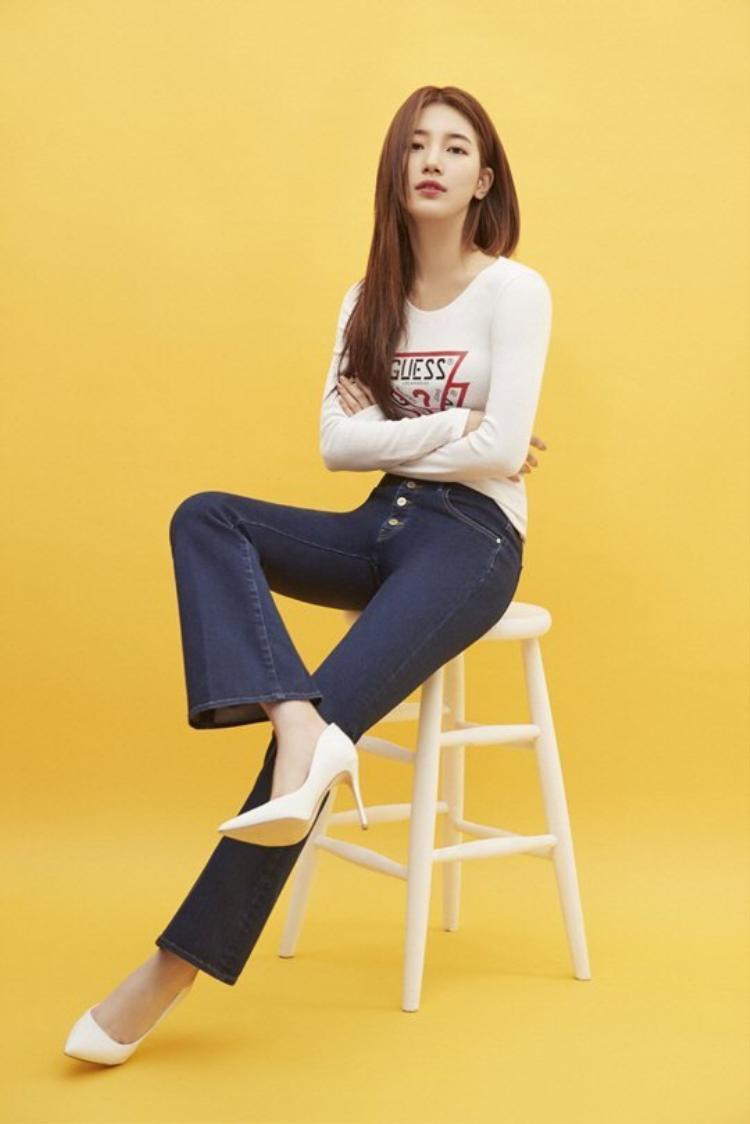 Những chiếc quần ống loe trơn màu cực kỳ đơn giản phù hợp với phong cách thời trang vốn có của Suzy.