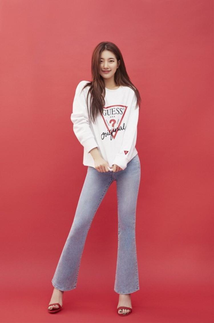 """Diện áo thun và quần ống loe cực đơn giản, Suzy vẫn cho thấy nhan sắc """"quốc dân"""" đáng ngưỡng mộ của mình."""