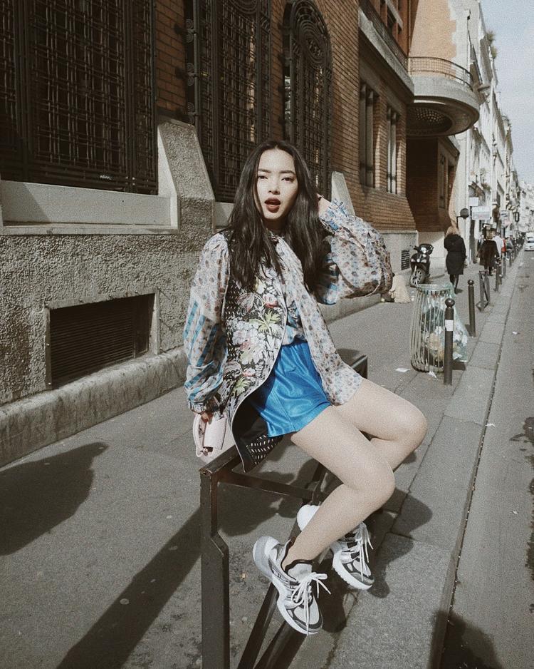 """Châu Bùi cũng là một cô nàng thuộc hội ưa thích diện trang phục """"tiền tạ, tiền tấn"""" khi xuống phố. Cả bộ cánh Louis Vuitton đắt giá là lựa chọn của cô nàng fashionista trong chuyến đi Paris vừa qua."""