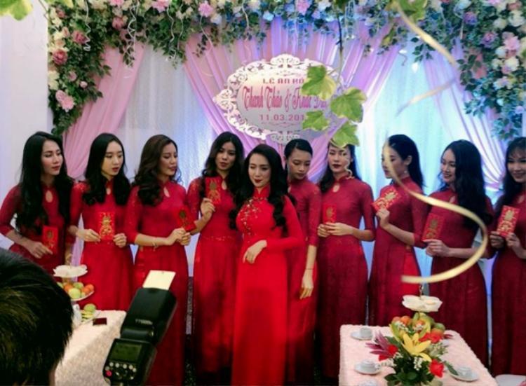 Cô dâu Thanh Thảo diện áo dài đỏ bên cạnh dàn hot girl bê tráp.
