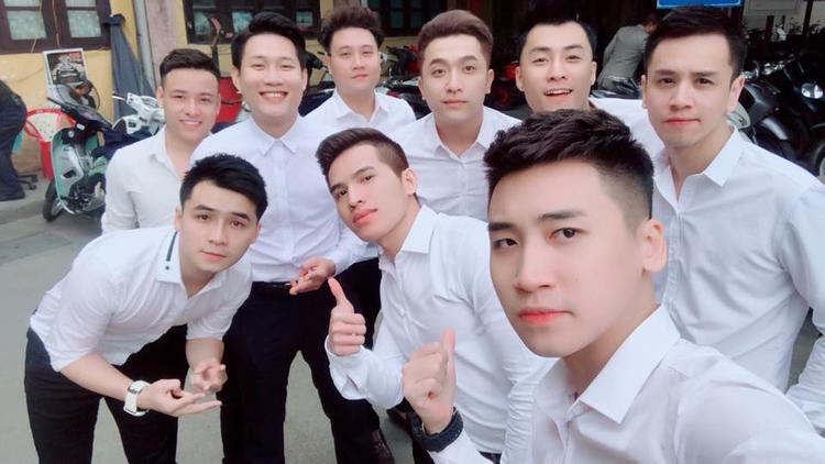"""Dàn """"mỹ nam"""" siêu """"hot"""" gồm Quốc Thiên, Yanbi, Vương Anh Tú, Hà Anh,… khiến không khí lễ ăn hỏi trở nên rộn ràng hơn."""