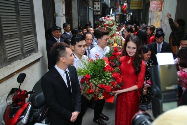 Khắc Việt rạng rỡ bên dàn mỹ nam bê tráp trong lễ ăn hỏi với bạn gái DJ