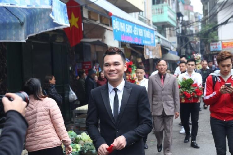 Đám hỏi của Khắc Việt và bạn gái nhận được sự quan tâm của mọi người xung quanh.