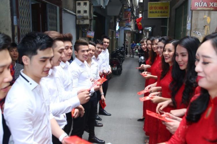 Đội hình bê tráp toàn hot boy, hot girl trong đám hỏi của Khắc Việt và bạn gái.