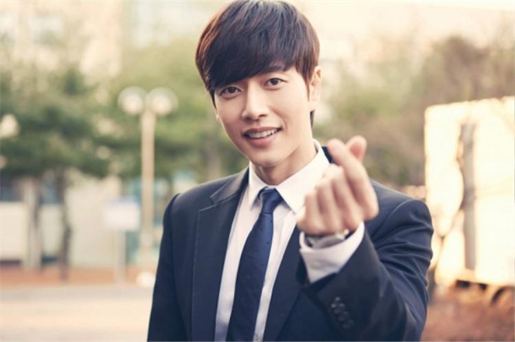 """Nam diễn viên sẽ đảm nhận vai nam chính - """"tiền bối"""" Yoo Jung. Dù trưởng thành hay còn là trẻ con, ngôi sao 34 tuổi vẫn khiến trái tim thiếu nữ xao xuyến bởi vẻ đẹp lịch lãm của mình."""