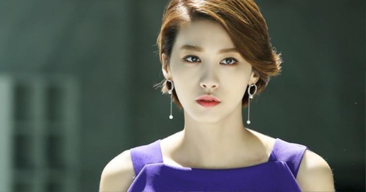 """Yoo In Young may mắn sở hữu nhiều đường nét thanh tú. Trong phim, nữ diễn viên 34 tuổi này sẽ hóa thân vào vai cô nàng Baek In Ha """"sang chảnh""""."""