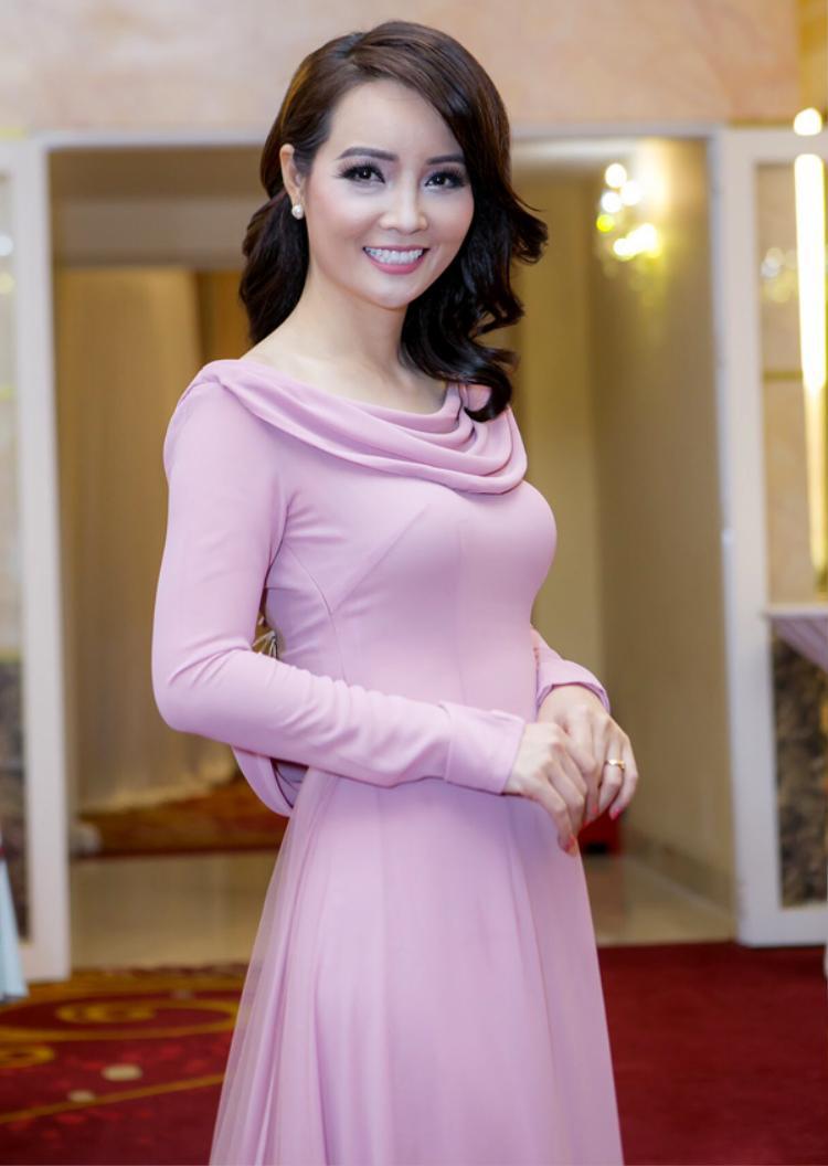Mai Thu Huyền diện bộ váy hồng rất đẹp nhưng ước gì phần trang điểm của cô nhẹ nhàng hơn, và nhất là hàng mi giả kia nhẹ nhàng bớt đi thì cô sẽ còn xinh đẹp hơn bội phần.